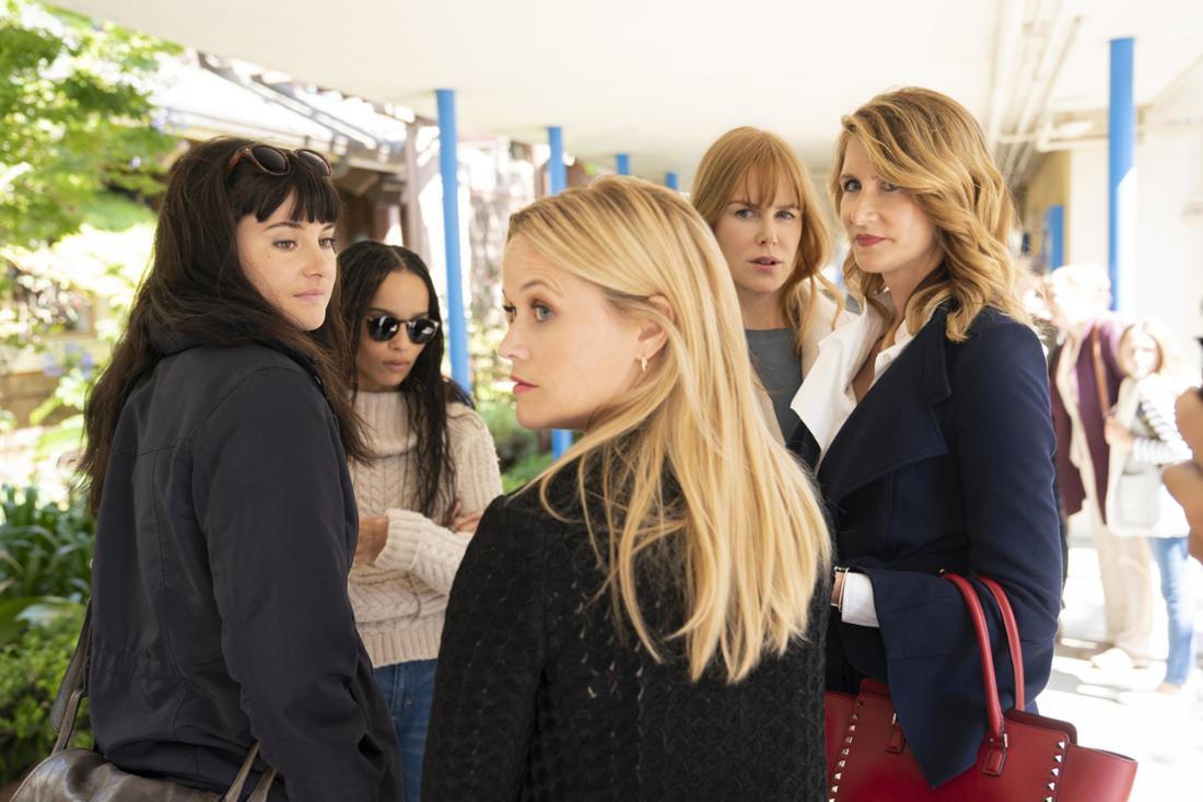 Reese Witherspoon, Nicole Kidman, Zoe Kravitz, Laura Dern und Shailene Woodley stehen in einem Gang und schauen über die Schulter.