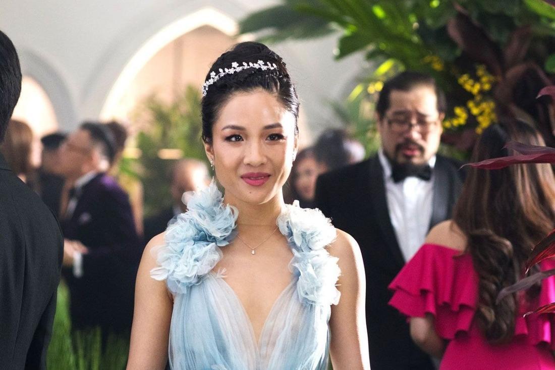 Constance Wu in einer hellblauen Robe bei einer Feier.