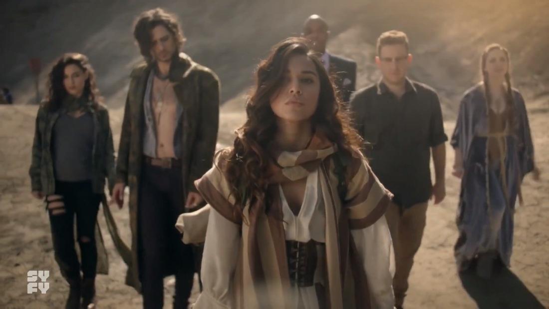 Eine Gruppe junger Menschen läuft durch die Wüste.