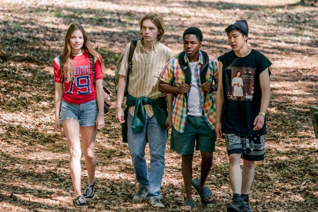 Eine Gruppe Teenager läuft durch den Wald