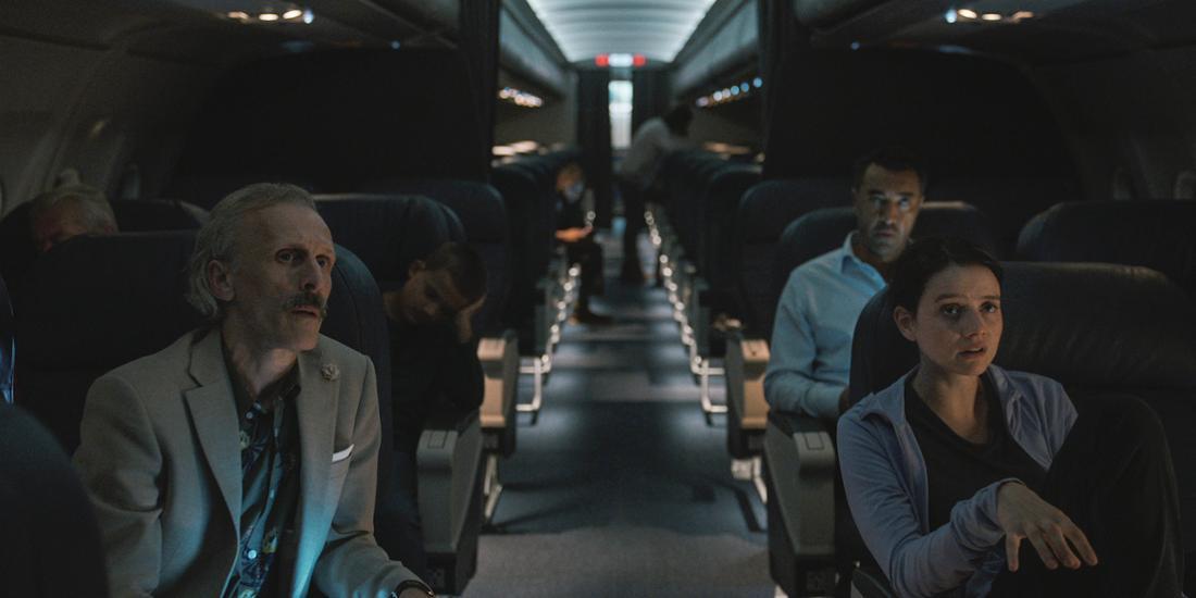 Eine Gruppe Passagiere sitzt in einem Flugzeug.