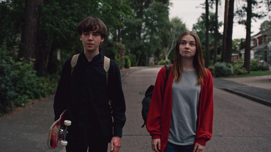 Zwei Teenager laufen die Straße entlang