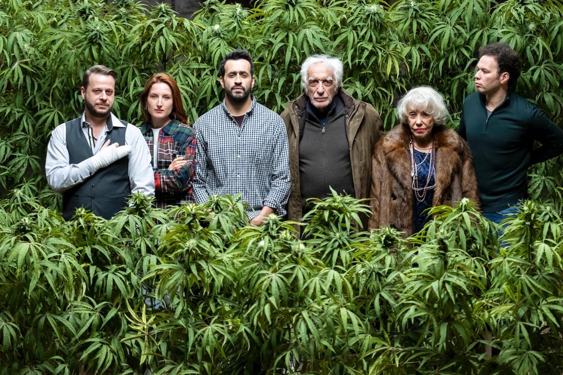 Eine Familie steht vor einer Marihuana-Plantage.