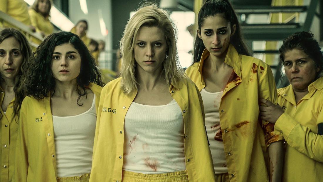 Eine Gruppe Insassinnen in gelben Anzügen.