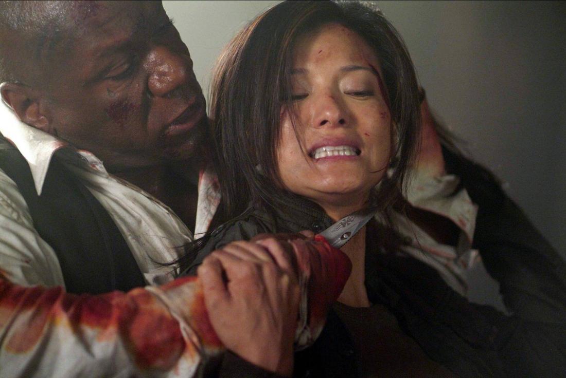 The Tournament: Eine Frau wehrt sich in einem Kampf gegen einen Mann, der ihr eine Klinge an die Kehle hält.